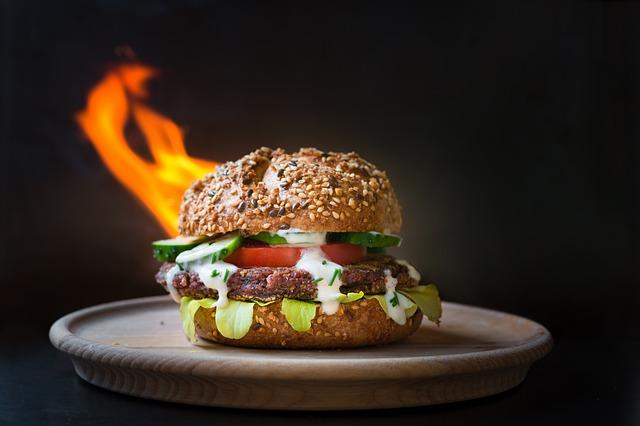 oheň za hamburgerem