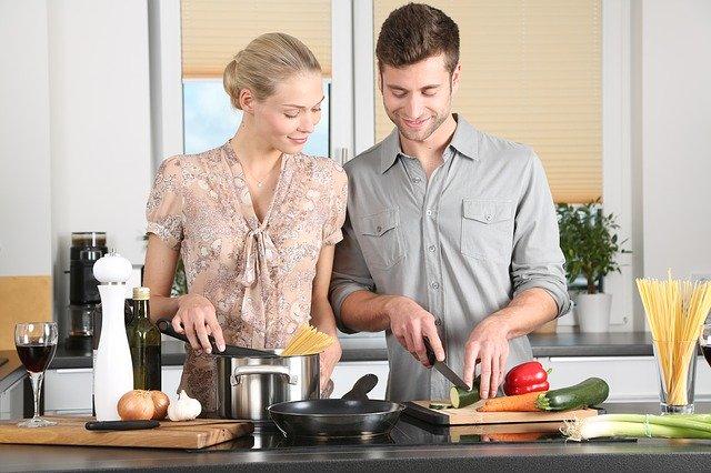 2 lidé v kuchyni