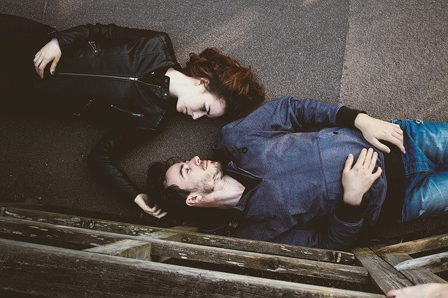 muž a žena ležící