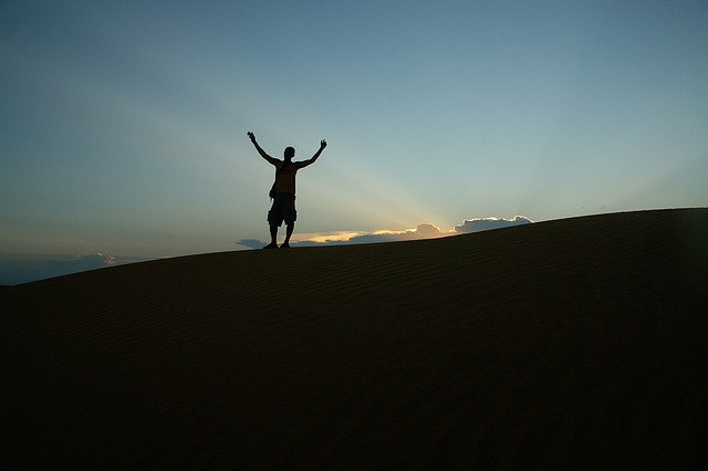 Postava na horizontu