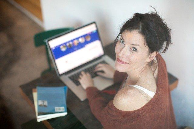 seznamka, počítač, dívka u počítače