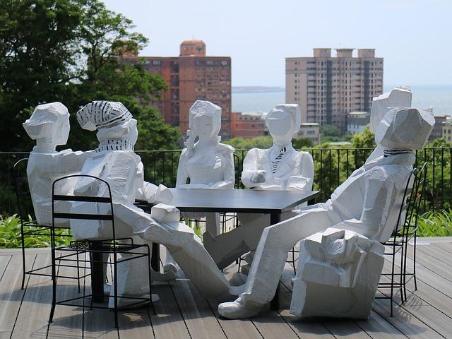 Sochy lidí u stolu