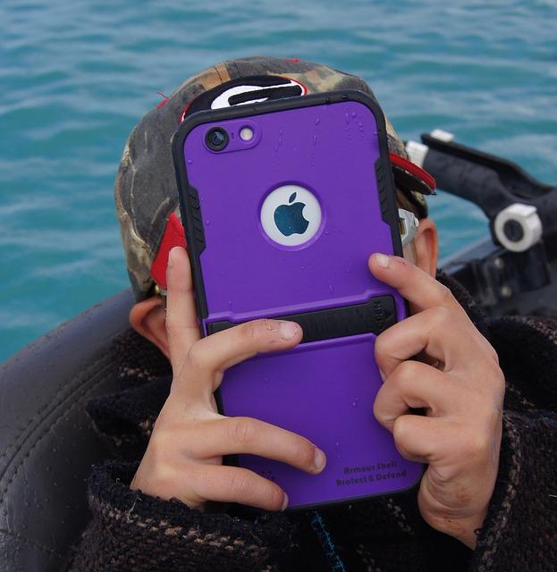 dítě a fialový telefon