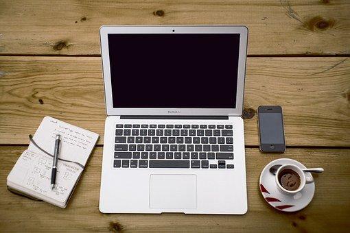 notebook na stole a káva